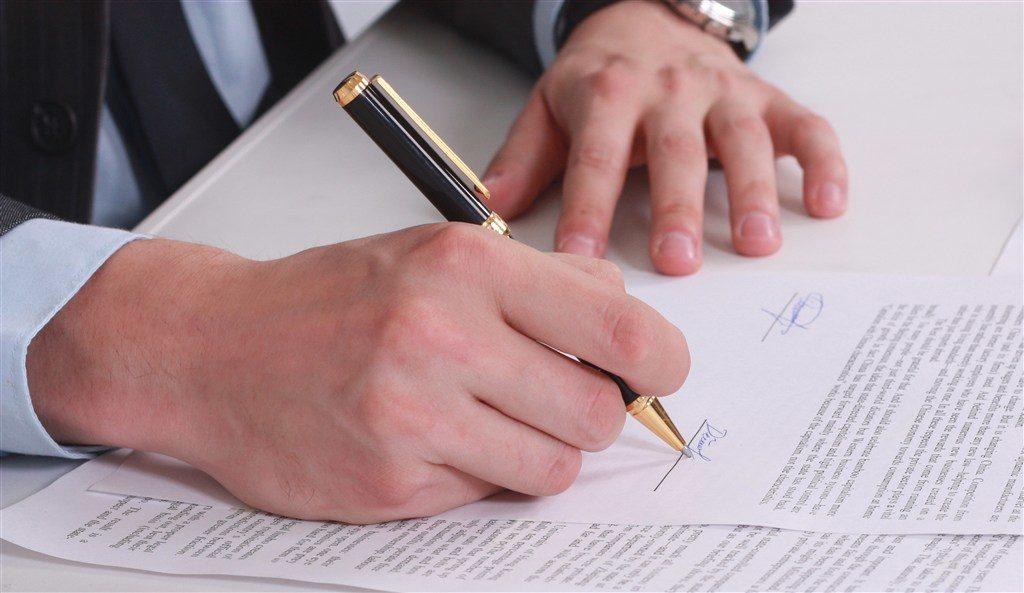 签订影视合同时签字盖章的正确姿势